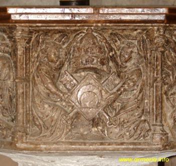 Escudo del Papa Luna en la pila bautismal
