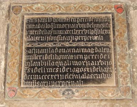 Lapida de los Vilaubí, en el claustro de la catedral de Tortosa